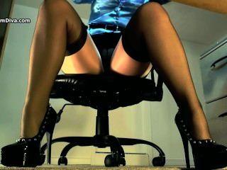 性感underdesk戲弄顯示絲襪在尼龍