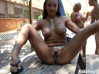 性感的業餘女孩擺在赤裸在戶外