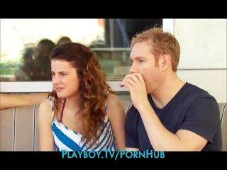 新的年輕夫婦第一次去一個鞦韆黨