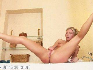 perky金發碧眼的女人jessy棕色戲劇與她的屁股在浴缸裡
