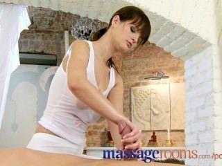 按摩室腳摩擦和油性與豐滿的女按摩師