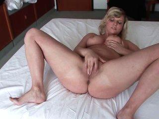 她接受在酒店房間拍攝