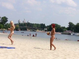 熱的青少年裸體主義者使這個裸體海灘甚至更熱