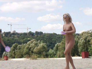 性感的朋友們展示他們對裸體主義的熱愛