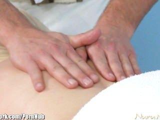 護士卡特卡特被一個年輕的螺柱按摩