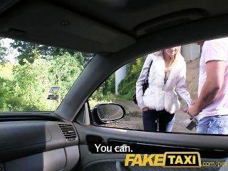 faketaxi天使被我的大公雞撞在我的出租車上