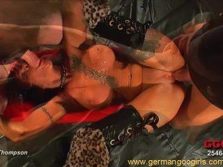 與紋身花刺的性感的紅頭髮人獲得樂趣在一個熱的bukkake狂歡