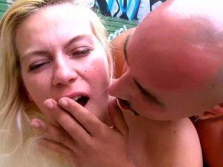 法國女孩得到她的面孔被黏貼戶外