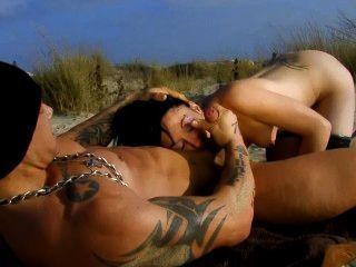皮包骨頭的法國女孩他媽的海灘上的海灘