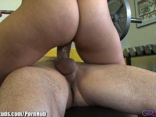 girlsandstuds性感的夫婦他媽的在健身房