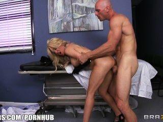 放蕩的金發女孩請求她的醫生給她一些堅硬的傢伙
