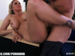 julia ann得到一個新的工作,他媽的老闆在第一天