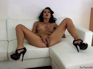 手淫在沙發的青少年的女孩