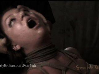 紅發無辜的可愛的克萊爾robbins面對他媽的奴役