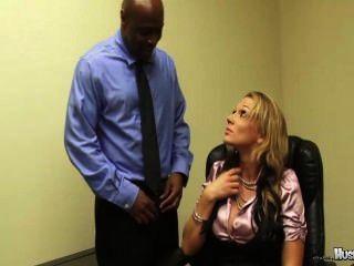 nikki sexx有她的2個大黑公雞的僱員他媽的她保持他們的工作!