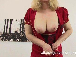 彎曲成熟的金發阿曼達嬉皮士在她的內衣和手淫