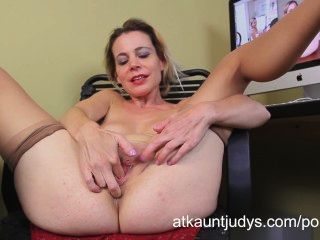 業餘成熟的家庭主婦保羅瑪麗手指她濕的陰部