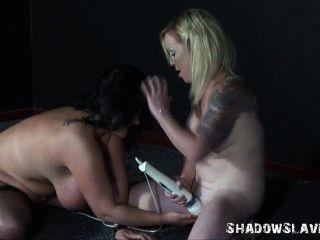 奴隸女同性戀和女孩振動器性別的胖子業餘安德烈