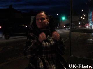 leah caprice閃爍的陰部在公眾從她有輪椅的輪椅