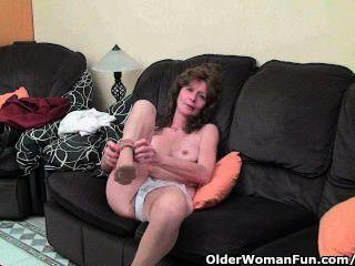 長襪的瘦的奶奶給她毛茸茸的老貓一種治療