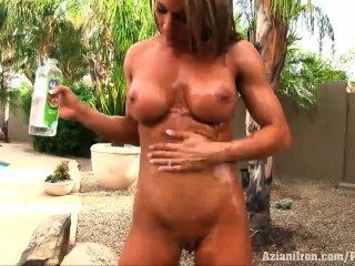 aziani鐵abby瑪麗得到赤裸和油她緊密的身體