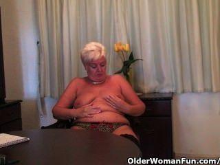 黑色絲襪的胖的奶奶手淫與假陽具