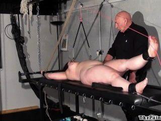 胖子折磨機架處罰的業餘奴隸在極端bdsm