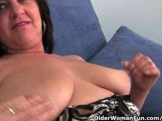 成熟的媽媽與大山雀和大屁股得到手指他媽的