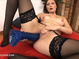 青少年在絲襪他媽的她緊密的陰部與兩個大殘酷假陽具在高清