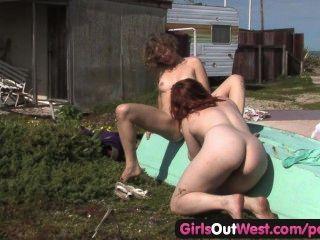 女孩西部毛茸茸的女同性戀jette和卡拉