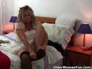 奶奶與大山雀穿連褲襪,因為她他媽的假陽具