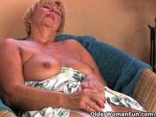 胖的奶奶自慰與她的手指和振動器