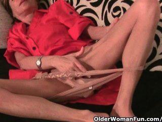 瘦的奶奶按摩她的小山雀和摩擦她緊的陰部