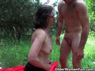 奶奶得到她的混蛋入侵戶外