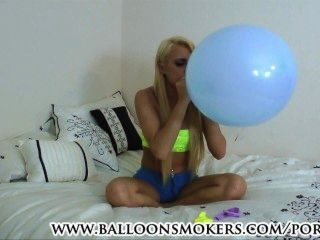 青少年打擊流行性氣球在臥室