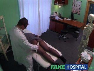 fakehospital隱藏的照相機捉住女性患者使用按摩工具