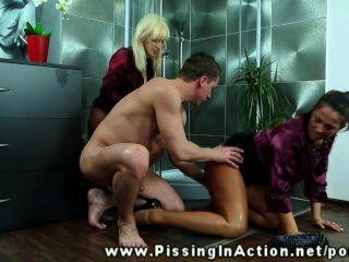撒尿的業餘愛好者在浴室從後面猛擊了在hd