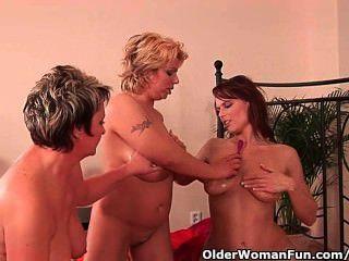 奶奶和兩個足球媽媽手淫和假陽具