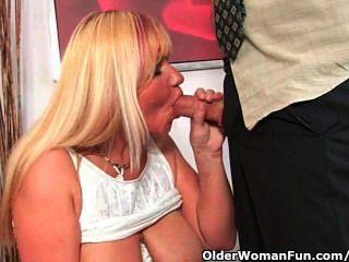 放蕩的奶奶吮吸公雞,並得到一個嘴充分暨