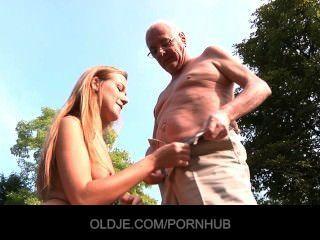 老人吃年輕的貓