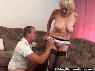 長襪的奶奶得到面部