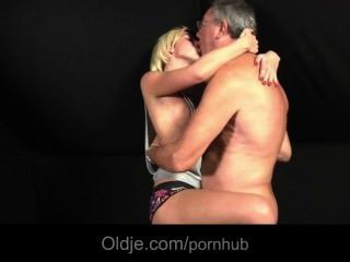 金發碧眼的青少年被她的戀人傾倒他媽的老人的性需要