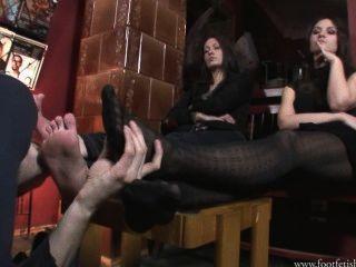 larissa和阿曼達玩footslave