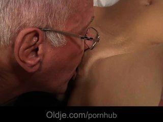 老人誘惑和他媽的由一個hussy少年