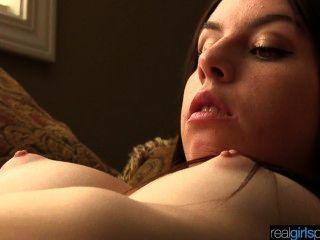 真正的18歲khloe嘗試肛門和手淫現場
