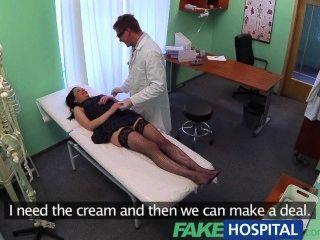 假醫院沒有健康保險導致害羞的病人支付治療