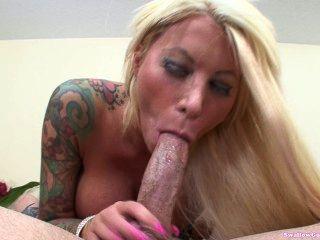 棒棒糖墨非常辛苦,她的嘴裡充滿了jizzum