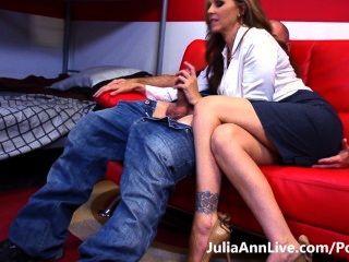 熱門導師!busty milf julia ann使她的學生努力學習!