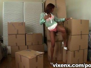 vixenx熱拉提katia在一個盒子裡找到一隻公雞