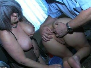 使用與老人和他的老胖的格蘭尼的性感的女孩